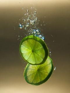 干柠檬片泡水的功效与作用_柠檬片泡水的功效与作用