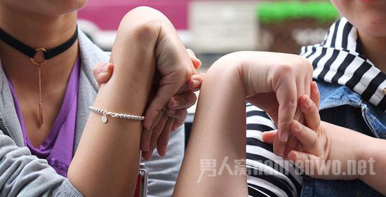 王楚和记者对比手腕能弯曲的程度