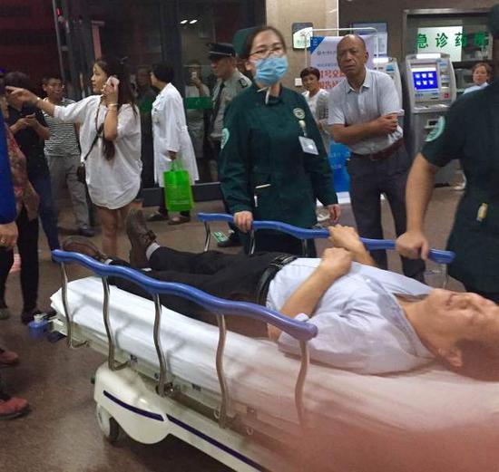 6月15日,重伤伤员陆续转入徐州市医科大学附属医院,急诊部门正在接收伤者。新华社发(郑炳臣摄)
