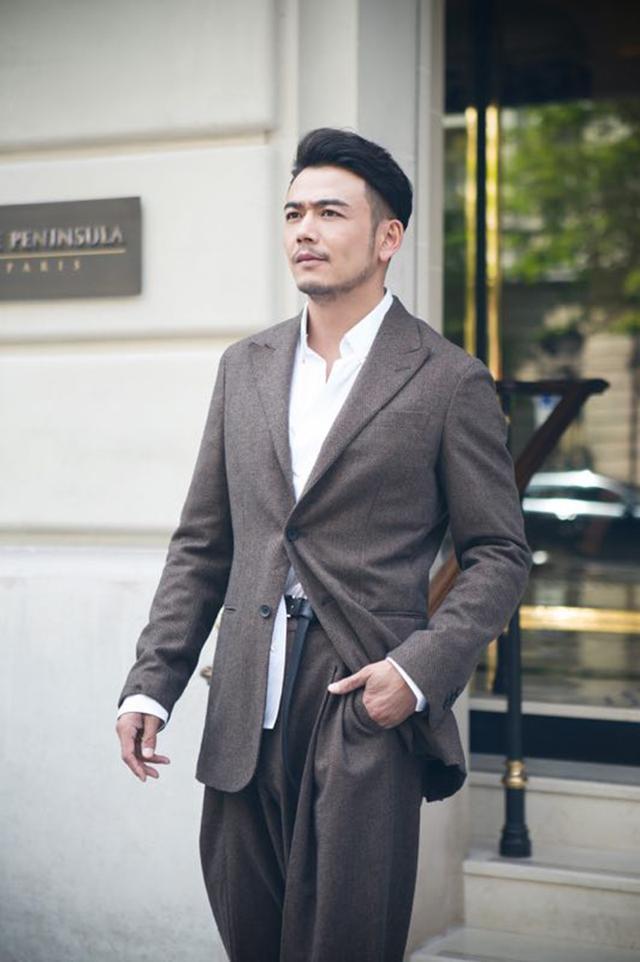 杨烁lv看秀日记:穿不穿都可以的包总,在LV大秀上玩了一把行走的衣架子!