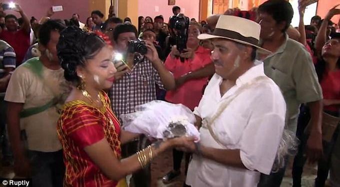 墨西哥一市长迎娶鳄鱼当妻子