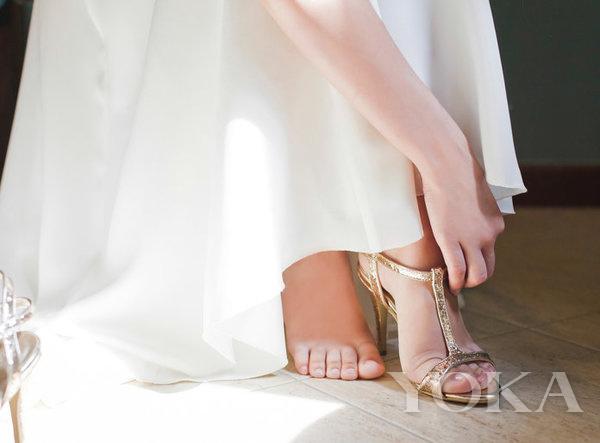 婚鞋,图片来自instyle.com。