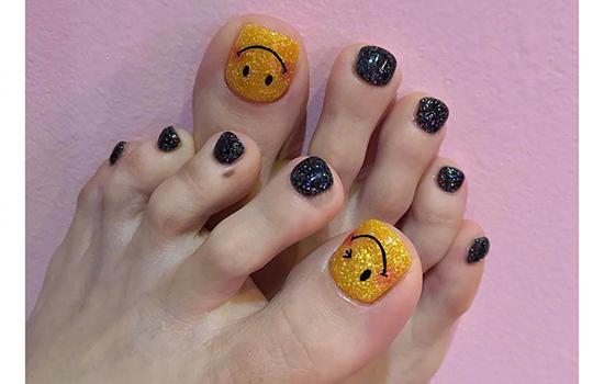 2017脚趾甲图片最新款图片大全  黑白款的米奇与星星搭配,可爱童趣却
