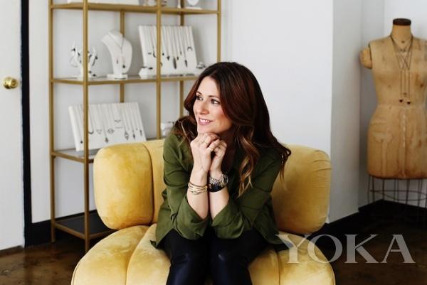 设计师Zoë Chicco,图片来自Fashion Times。