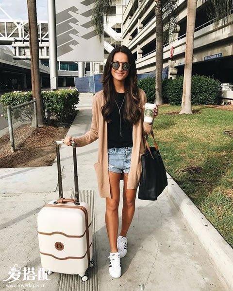 牛仔短裤+黑色T恤+桃色开衫+白色运动鞋