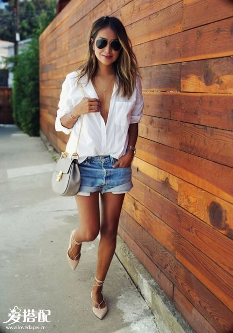 牛仔短裤+白衬衫+裸色lace-up平底鞋,旅途中尽量少穿高跟鞋