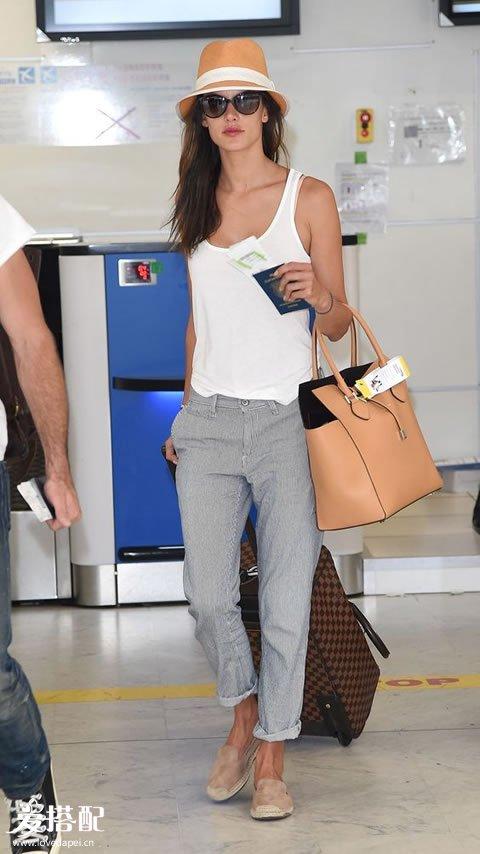 灰色裤子+白色背心+裸色平底鞋