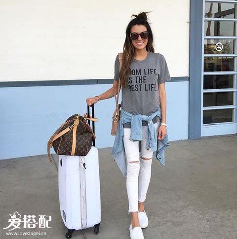 白色破洞牛仔裤+灰色字母T恤+小白鞋