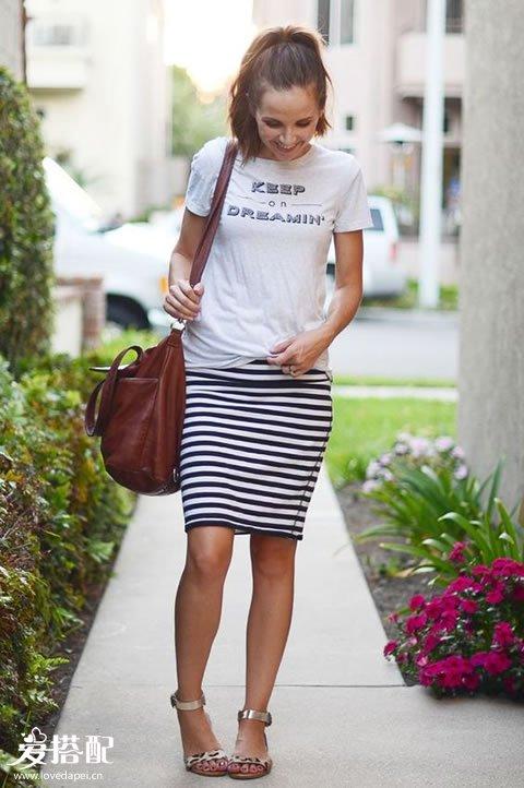 条纹及膝裙+白色字母T恤+金属色凉鞋