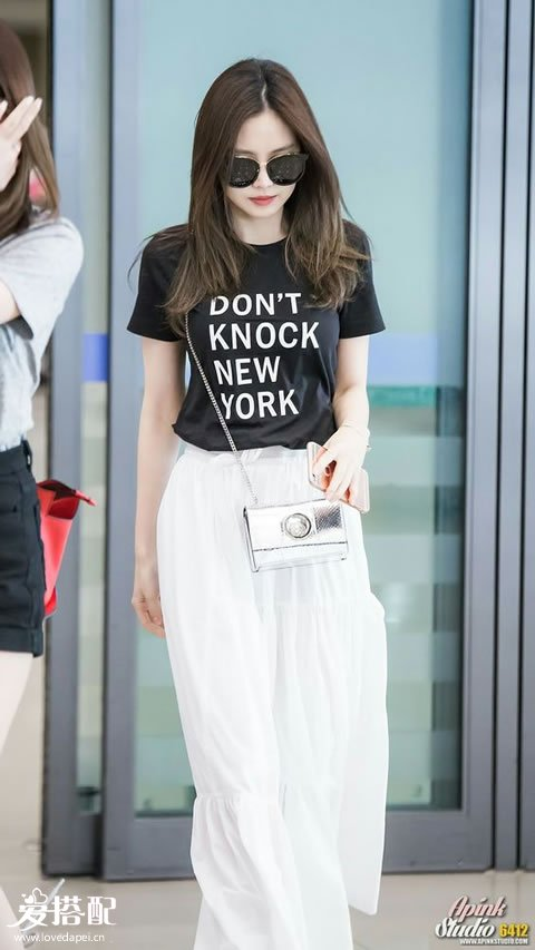 白色长裙+黑色字母T恤+银色斜挎包