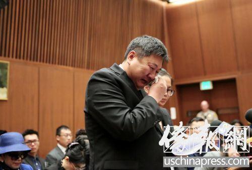 纪欣然的父亲纪松波在法庭上陈述失去儿子的伤痛。(美国《侨报》记者邱晨摄)