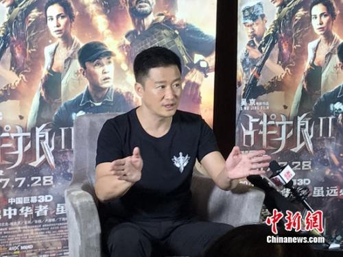 吴京接受媒体采访。 张曦摄