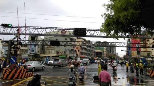 今天上午发生车祸的高雄市正义路平交道。图片来源:台湾联合新闻网。