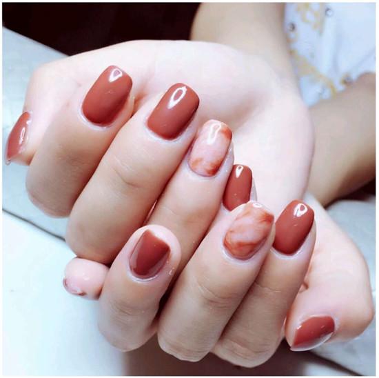 纯色的美甲加上大理石的花纹,是今年很流行的款式,会显得整个人都很