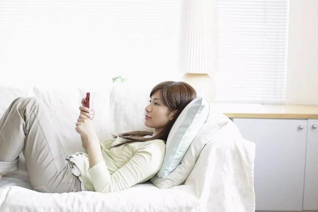 躺着玩手机的危害|躺着玩手机会伤害颈椎吗 怎么保护颈椎