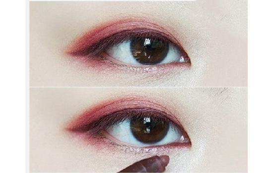 酒红色是一种非常复古的颜色,也是每年都非常热门的一种颜色,不仅是口红,眼部妆容也是如此。酒红眼妆是最适合秋冬的眼妆,既可以很温柔有可以很妩媚,今天就教大家画一款酒红眼妆,下面一起来看看吧。   酒红眼影画法   这款酒红色眼妆是温柔系的酒红眼妆,是很简单很好学的眼妆,非常日常的酒红色眼妆,而且很百搭。   第六步:用酒红色眼线笔画一条眼线,而且在下眼角画一条自然的眼线。第七步:最后刷上睫毛膏就好了。