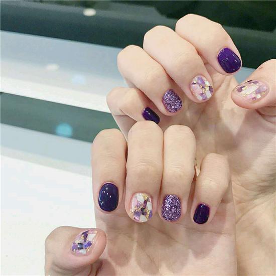 很多女孩子都认为想做美甲就先把指甲留起来吧。留的长长的美甲效果才好看,其实,短指甲也有很多好看的美甲图案,今天,美甲达人为大家带来最新短指甲美甲图片2017,下面一起来欣赏一下吧!