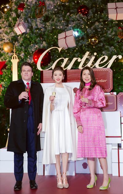 卡地亚中国区首席执行官李汉龙先生、上海的恒隆广场总经理 胡惠雅女士与知名演员景甜小姐共同点亮卡地亚圣诞树