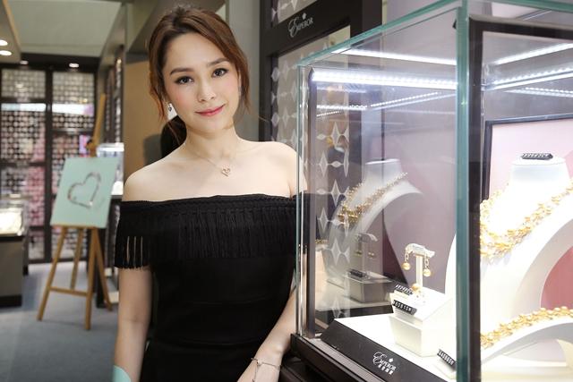 钟欣潼(阿娇)担任英皇珠宝明星店长现身上海,图片来源于英皇珠宝。