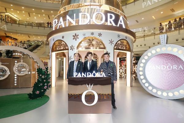 PANDORA Rose圣诞树亮灯启动合影,图片来自PANDORA。