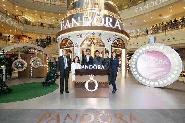 知名艺人陈柏霖与管理层合影,图片来自PANDORA。