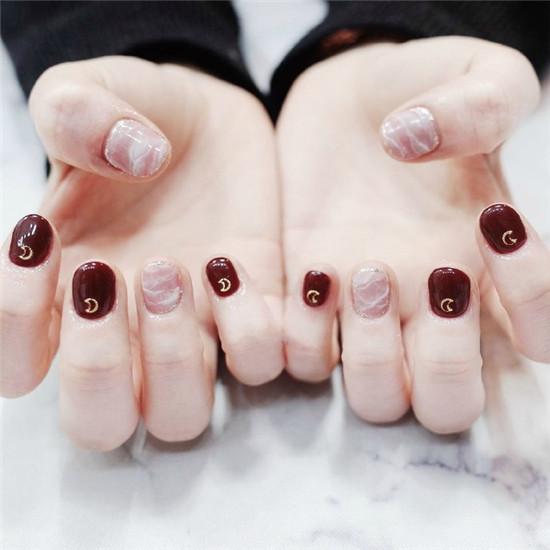 暗红色美甲真的很显白,纯色加一个指甲的变换款式,是很常见的款