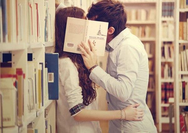 接吻动漫情头一对|接吻时头部偏向右边正常吗 头偏向右边说明什么