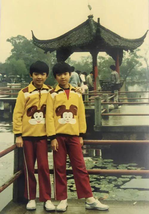 小时候的兄弟俩