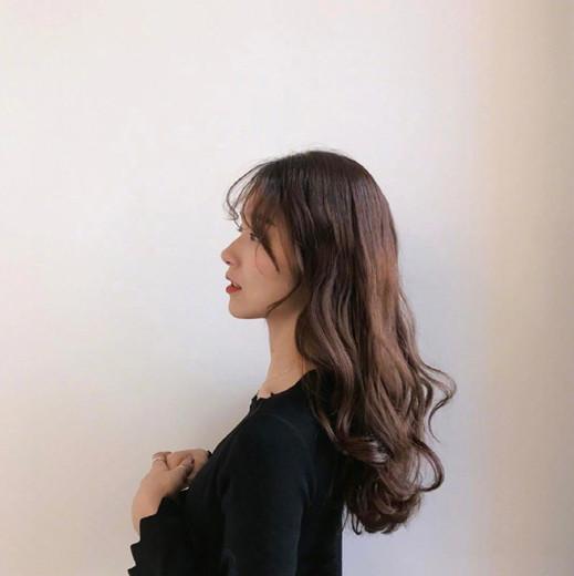 > 正文     洋气感十足的泡面卷发也是适合中长发妹子烫,全部头发成卷图片