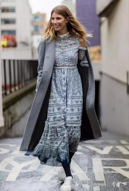 迪丽热巴2018时装周街拍 复古印花裙配什么外套