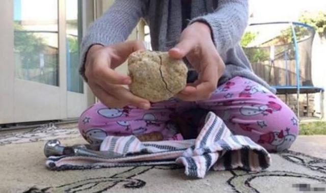 女孩随手捡块石头 回家洗干净后瞬间惊呆了