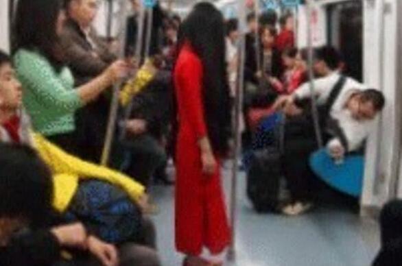 地铁惊现红衣女子