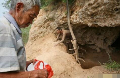 亲生父亲将儿子锁在山洞25年