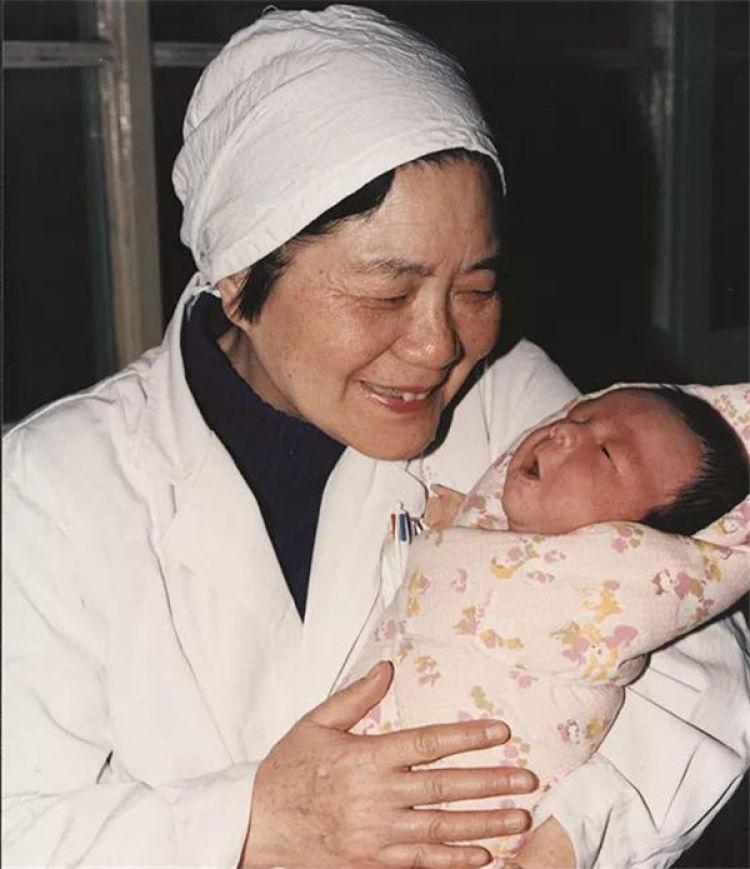 试管婴儿之母张丽珠教授与大陆首例试管婴儿郑萌珠