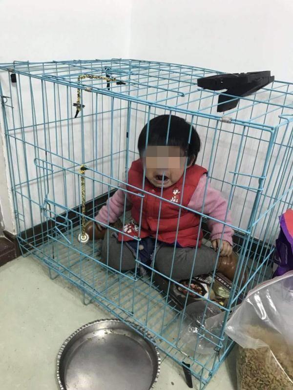 将女童关笼中摆拍