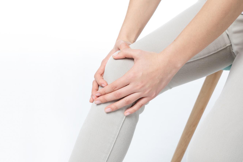 [下楼梯膝盖疼是怎么回事]女性膝盖疼是怎么回事?保养关节试试氨糖软骨素的作用