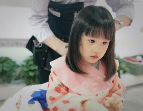 [黄磊几个娃]黄磊晒多妹新发型 齐刘海新发型显呆萌