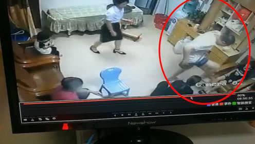 男子狠踩小孩伤脚