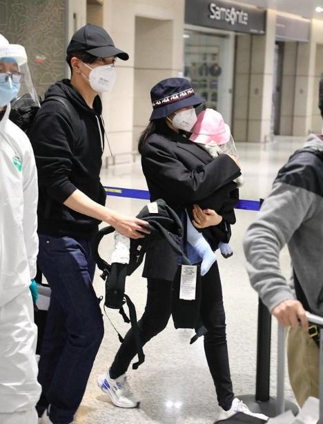 赵又廷一家现身机场,高圆圆产后身材未恢复,又粗又壮的腿成焦点
