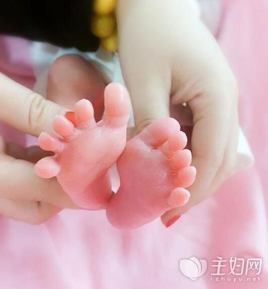 [杨威的双胞胎]杨威晒双胞胎脚丫照 双胞胎新生儿如何喂养需要注意哪些问题