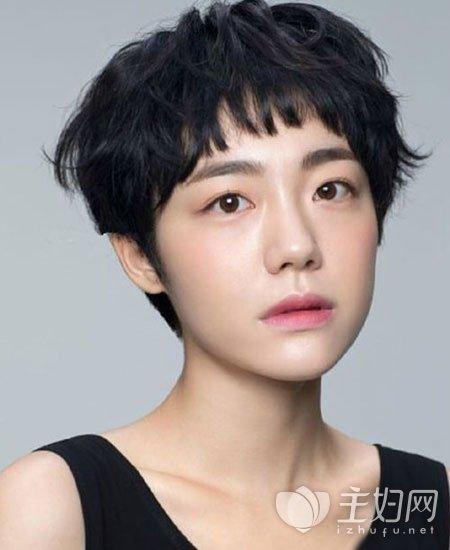 个性中性风超短发发型2017年大受欢迎,头发修剪到齐耳位置露出耳朵