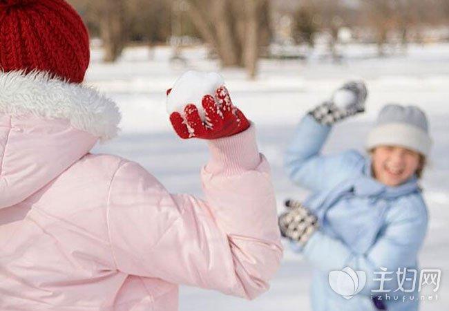 冬天怕冷手脚冰凉怎么回事|宝宝冬天怕冷怎么回事 宝宝冬天怕冷怎么办吃什么好