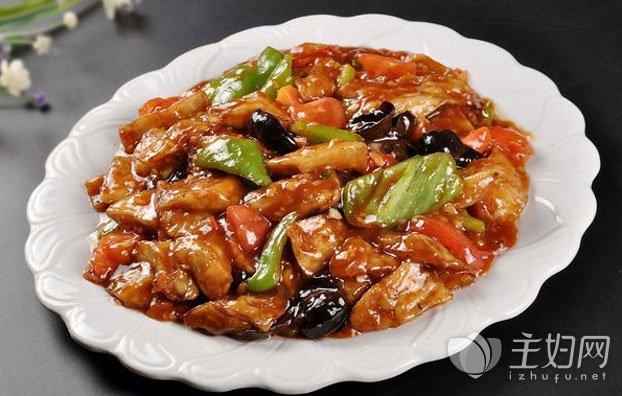 红烧茄子的简单家常做法,红烧茄子怎么做好吃: 1.准备好茄子2个,瘦肉、姜蒜、淀粉、甜面酱、酱油、鸡精、白糖;再将茄子洗干净后去皮切成滚刀块,然后放入盆中 2.再将猪肉洗干净后剁成碎末,姜蒜洗干净后切碎,然后将茄子控干水后放入盆里面,倒入少许水,再放入淀粉搅拌均匀 3.