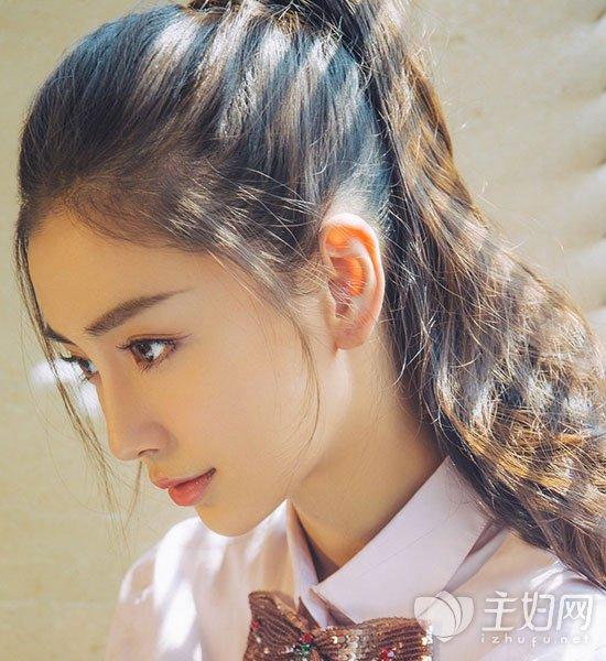 斜刘海撩至耳后很自然,将全部头发扎起至后脑勺,清纯可爱的形象大增.