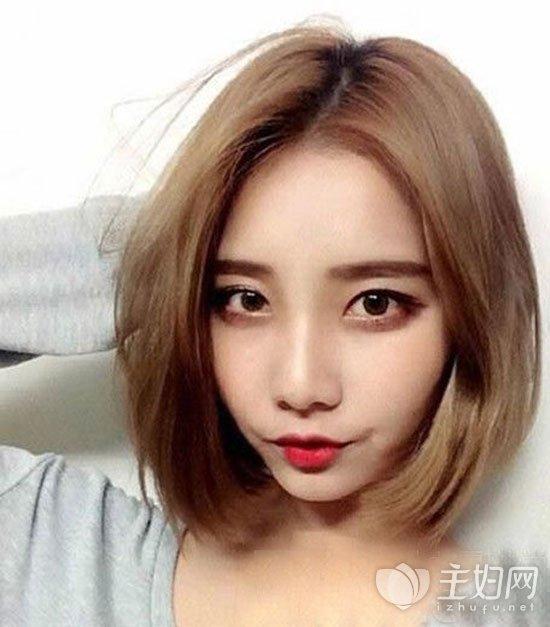 短发适合的染发颜色有很多,就如这款金色头发颜色也是今年流行发色中