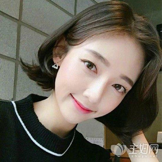 配上齐刘海更加可爱甜美,自然黑色头发配短发很有哦邻家妹妹范儿了