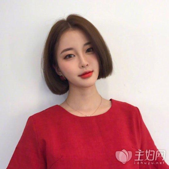 2017女生发型流行短发造型 ,娱乐圈内也有很多明星短发发型亮相了,其颜值气质也是大变。看来女生留短发也是很不错的选择,但最为主要的还是更加自己的脸型和喜欢来抉择哦。就这款韩式短发卷发在今年倍受欢迎,卷卷的齐脖短发配上卷刘海很是俏皮可爱,十足的自然韩范儿。