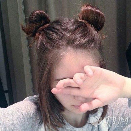 发型diy 两个丸子头清凉更时尚 扎发发型丸子头图片  怎么扎丸子头