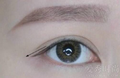 在内眼线的基础上就可以很轻松地画出外眼线  在眼尾顺着内眼线像箭头一样自然延长。  另一条眼线要画在睫毛上方,这里需要注意尽量沿着睫毛根部,这样会很自然,同时也不会压眼皮。用眼线笔适当填补后,基本就画好啦,但是要注意的是,延长的眼线可以根据自己的需求做一些调节,细一点的眼线会显得眼皮宽一点哈!