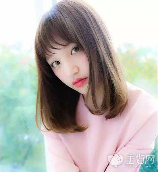 女生中长发烫发发型 发尾内扣卷更时尚养颜